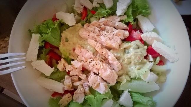 Pileća salata s umakom od avokada